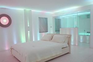 Una stanza da letto con illuminazione a led.