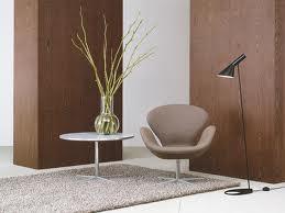 Le linee del design di Arne Jacobsen: vediamo la Swan Chair con a fianco la lampada AJ versione da terra.