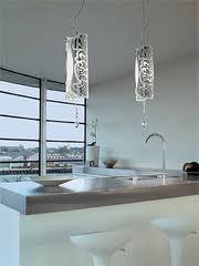 Illuminazione a sospensione in cucina sul piano di lavoro.