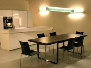 Esempio di illuminazione d'ambiente realizzata con faretti ad incasso nella prima foto e con lampade a parete e a sospensione nel secondo interno.