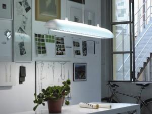 Illuminazione localizzata su un tavolo di lavoro utile ad esempio in uno studio.