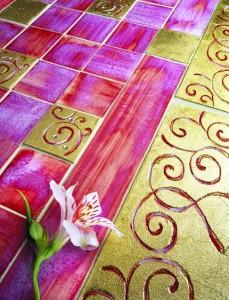 Fantasie floreali con inserti dorati per atmosfere vintage. Finiture insolite, che riproducono sofisticate suggestioni etniche.