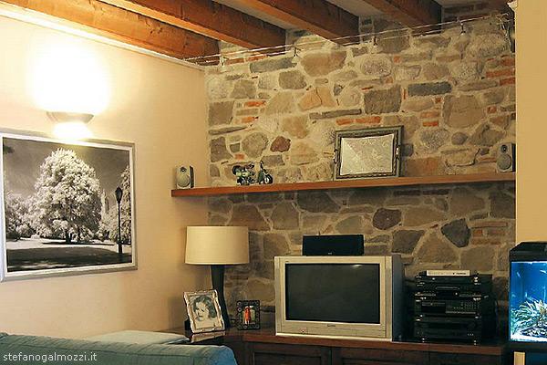 Pietra mista in soggiorno dona all'interno un senso di calore accogliente.