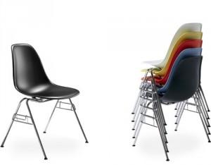 La versione della Plastic Side Chair nota come DSS-stacking base, con aggancio laterale è anche impilabile.
