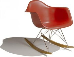 La RAR ovvero la Plastic Armchair versione a dondolo.