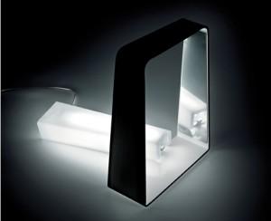 REVERSO è in plexiglas bianco opalino corpo in materiale acrilico colore arancio o nero e interno bianco. (Alt Lucialternative)