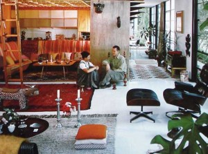 Charles e Ray Eames all'interno della House#8.