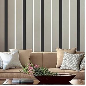 Parete decorata con righe verticali di vari spessori.