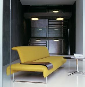 CLOUD è dotata dell'elegante tavoletta, da porre sulla seduta, con funzione di piano d'appoggio.(B&B)