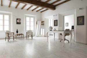 Soluzione Travertino Bianco. Alcuni prodotti ceramici riproducono fedelmente tutta la naturalezza del marmo e creano ambienti  personalizzati.