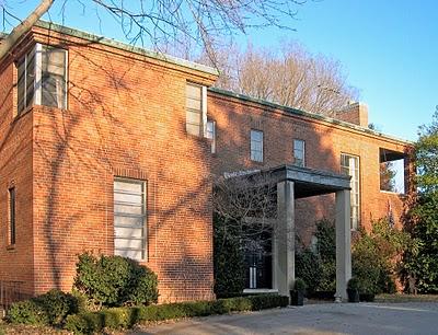 Facciata della Meyer House, Huntleigh Village, Missouri (1936) di Eames & Walsh Architects.