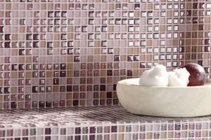 Piastrelle a mosaico perfette anche per rivestire piani verticali in cucina o nelle zone giorno