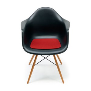Eames-Plastic-Armchair versione nota come DAW- dowel legs base.