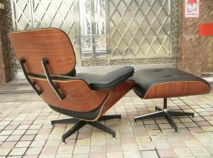 La seduta è imbottita e rivestita in pelle. La scocca è in multistrato curvato e trattato manualmente con finitura a cera. Il poggiapiedi nella stessa finitura è opzionale.
