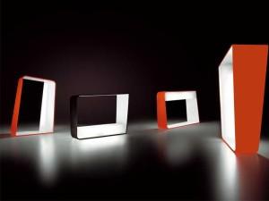 La forma di Reverso consente sia alla lampada da tavolo che al diffusore rettangolare interno di assumere posizioni diversi con risultati diversi. (B&B Alt Lucialternative)