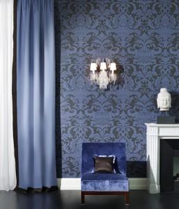 Una soluzione di carta da parati con un pattern damascato dalle tonalità blu: molto intenso e intimista.