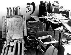 Volevano riuscire a curvare il compensato dandogli le forme desiderate e, dopo innumerevoli esperimenti, riuscirono ad inventare una macchina, chiamata Kazam, che era in grado di farlo.