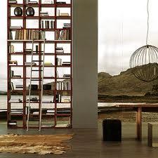Libreria in laccato seta rosso mogano con scala scorrevole su binario in alluminio. (Tisettanta)