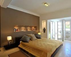Interno di una camera da letto con pareti scure equlibrate da soffitto bianco.