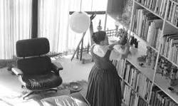 Una foto storica della Study House in cui compare la Lounge Chair nel soggiorno degli Eames.