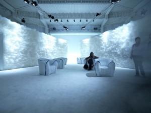 Tokujin crea un posto di un tutto-bianco,-come l'ambiente cloud per la mostra della sua nuova Panna Chair. Questa sedia è stata creata utilizzando materiali già esistenti, ma in un modo nuovo.