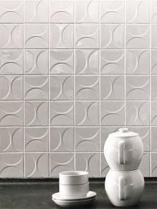 Piastrelle bianche da rivestimento in ceramica con rilievo.