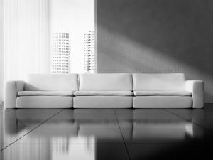 I contrasti tra le finiture dei materiali finiscono per caratterizzare e dare personalità alla stanza. La pelle del divano, la lucentezza del pavimento e la ruvidezza del muro finiscono per creare un unicum che in questa immagine ad esempio risulta caratterizzante.