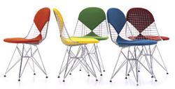 La Wire chair versione Bikini disponibile con cuscini incrociati di vari colori.