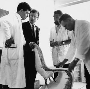 Verner Panton con i suoi colleghi al lavoro sul prototipo della Panton. Dal 1963 Panton eseguì una decina di prototipi in vetroresina lavorata a mano ma ci vorranno quasi dieci anni per arrivare ad un prodotto completo e che riesce a resistere al peso ed all'usura portando alla realizzazione dei primi 150 pezzi.