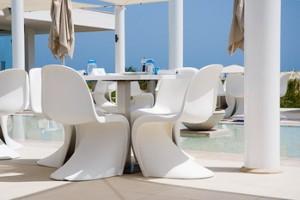 La Panton Chair può essere un ottima soluzione anche per esterni, per arredare la terrazza o il giardino con un pezzo di grande design.
