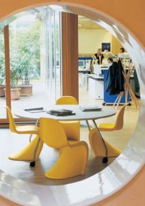 Panton Chair porta con sè un tocco vintage dal gusto anni Settanta e una buona dose di colore  che ben si presta dalla zona giorno alla sala studio.