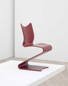 La S Chair datata 1956-1965: Questa sedia impilabile è stato fatto di compensato che il bordo del sedile è leggermente inclinato verso l'alto. Ci sono due versioni differenti della Sedia S: Modello 275 e Modello 276.