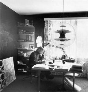 Verner Panton nel suo studio in cui compare una Panton Chair.