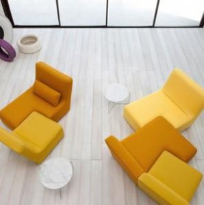 Ligneroset propone il sofà Confluence, qui in una composizione a centro della stanza.
