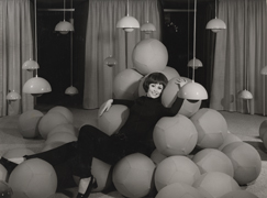 """L' installazione """"Visiona 0"""" (1968) in cui vediamo protagonista la Flowerpot  lamp."""