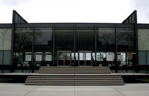 Ingresso della Crown Hall progettata da Mies van der Rohe.