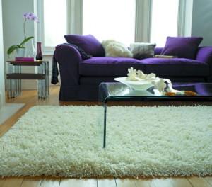 Morbido tappeto bianco  modello Shaggy in una zona living.