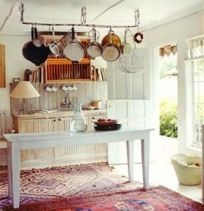 Un tappeto kilim utilizzato in una cucina molto originale e ambient.