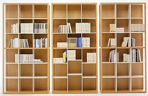 Libreria con struttura in massello di faggio con pannelli di chiusura impiallacciati in faggio.