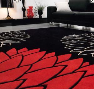 Il tappeto  realizzato in tessuto acrilico con decorazione floreale.