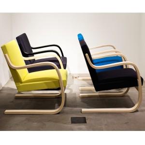 Modello 402 imbottita nel sedile e schienale rivestita con tessuti in vari colori.