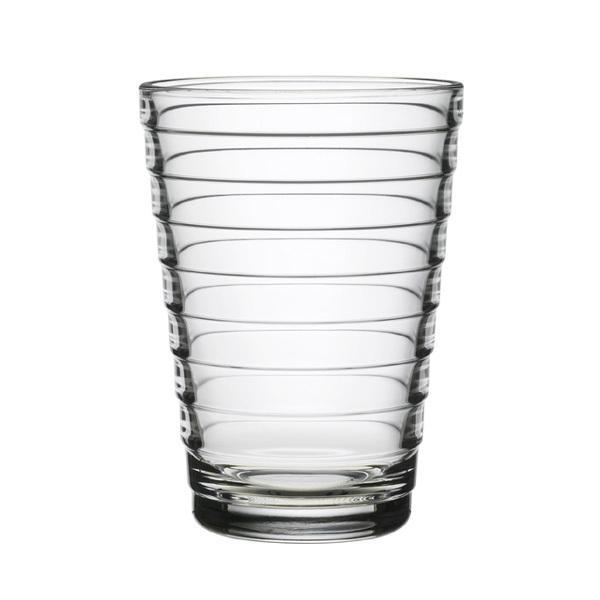 I bicchieri Aino Aalto di Iittala sono realizzati in vetro spesso di alta qualità.l loro design ambizioso, ispirato dai cerchi formati da un sasso gettato in acqua, ha vinto il primo premio alla Triennale di Milano nel 1936.