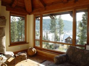 Un esempio di finestra con anta in legno.