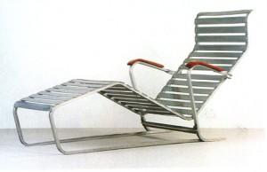 Modello n. 313. Il lettino ha un telaio in alluminio piegata con doghe in alluminio e braccioli in faggio.