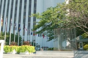 Scultura di Bertoia collocata all'esterno del  Chicago Cultural Center.