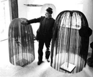 Harry Bertoia nel 1968 con alcune sue sculture.