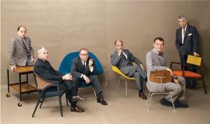 Foto di gruppo tra architetti e designer collaboratori con Knoll tra gli altri oltre a Bertoia, compaiono Charles Eames e Saarinen.