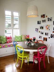 Sala da pranzo con classiche Thonet in versione colorata.