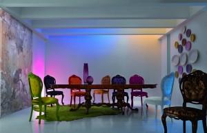 Sedie della Collezione i Dogi by Cavio. Finiture in tessuto o in pelle pregia e struttura in legno laccato nelle tinte dell'arancio, verde, bianco, viola, oro e nero.
