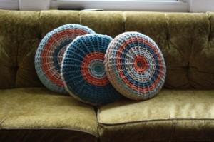 Classici e intramontabili i cuscini circolari con fodera in lana.